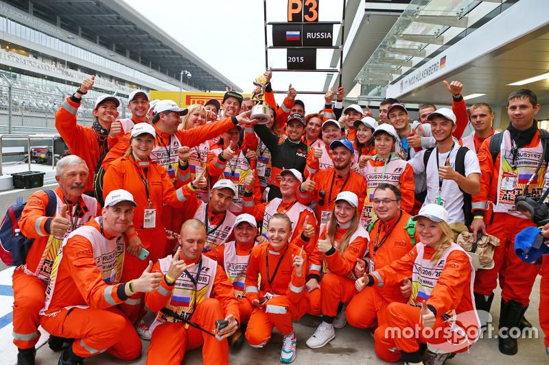 Sergio Pérez, Sahara Force India F1 celebra su tercera posición con los mariscales de la pista
