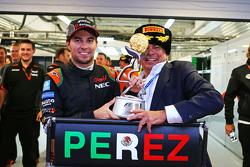 Sergio Pérez, Sahara Force India F1 celebra su tercera posición con su padre Antonio Pérez