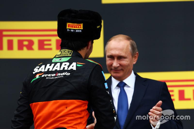 Гран При России, 11 октября. Серхио Перес на подиуме с Владимиром Путиным
