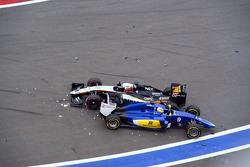 Nico Hülkenberg, Sahara Force India F1 VJM08, und Marcus Ericsson, Sauber C34, kollidieren beim Start