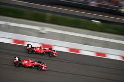 Борьба за позицию - Себастьян Феттель, Ferrari SF15-T и Кими Райкконен, Ferrari SF15-T