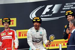 Podium : Sebastian Vettel, Ferrari, deuxième; Lewis Hamilton, Mercedes AMG F1, vainqueur; Sergio Perez, Sahara Force India F1, troisième