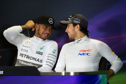Lewis Hamilton, Mercedes AMG F1 y Sergio Pérez, Sahara Force India F1 en la conferencia de prensa de la FIA