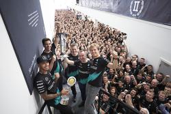Lewis Hamilton, Nico Rosberg, Toto Wolff und das Team feiern den Formel-1-Titelgewinn 2015