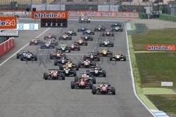 Inicio de la carrera 1: Felix Rosenqvist, Prema Powerteam Dallara Mercedes-Benz lider