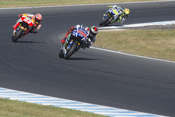 Jorge Lorenzo, Yamaha Factory Racing, davanti a Marc Marquez, Repsol Honda Team e Valentino Rossi, Yamaha Factory Racing