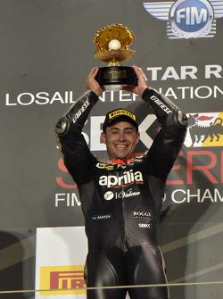 Le vainqueur de la course 2 Leon Haslam, Aprilia Racing Team sur le podium