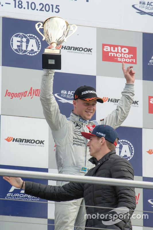 Le vainqueur de la Course 3 Felix Rosenqvist, Prema Powerteam Dallara Mercedes-Benz and Max Verstappen