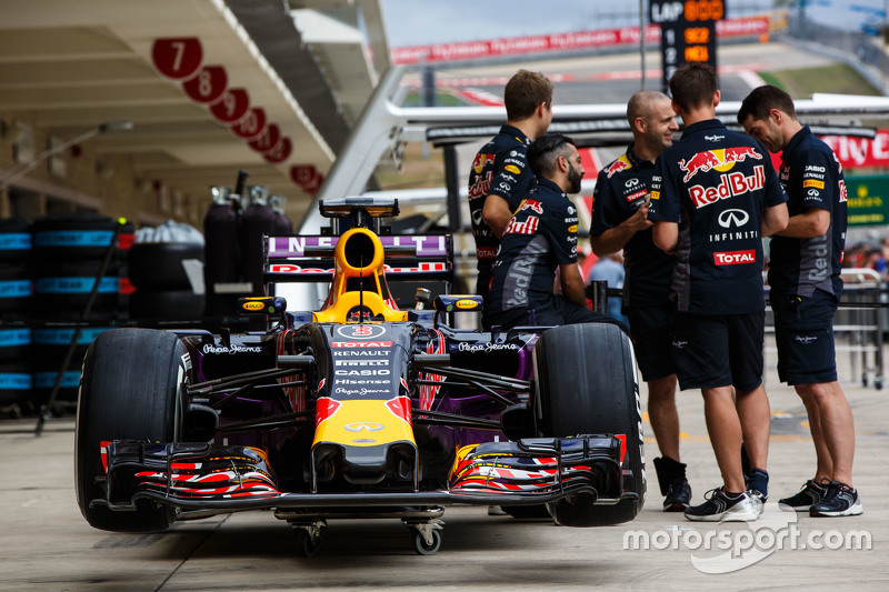 La Red Bull RB11 de Daniel Ricciardo, Red Bull Racing dans les stands