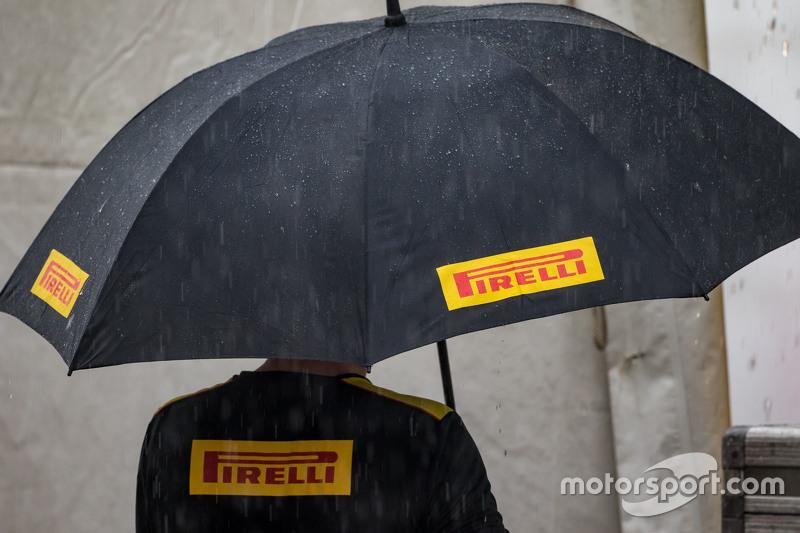 Paraguas de Pirelli en la lluvia