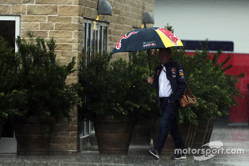 Dr Helmut Marko, Red Bull Motorsport Consultant in the rain