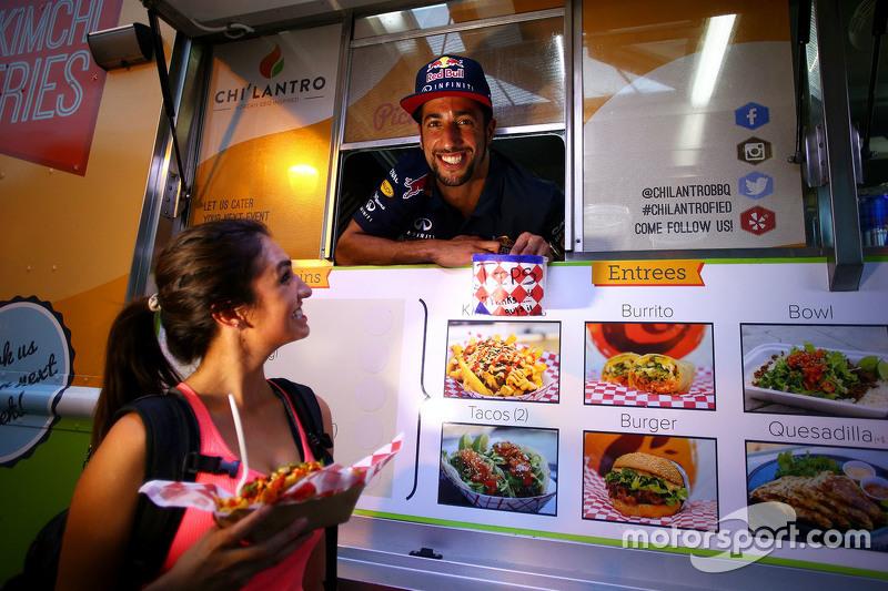 دانيال ريكاردو، يعمل في شاحنة لبيع المأكولات