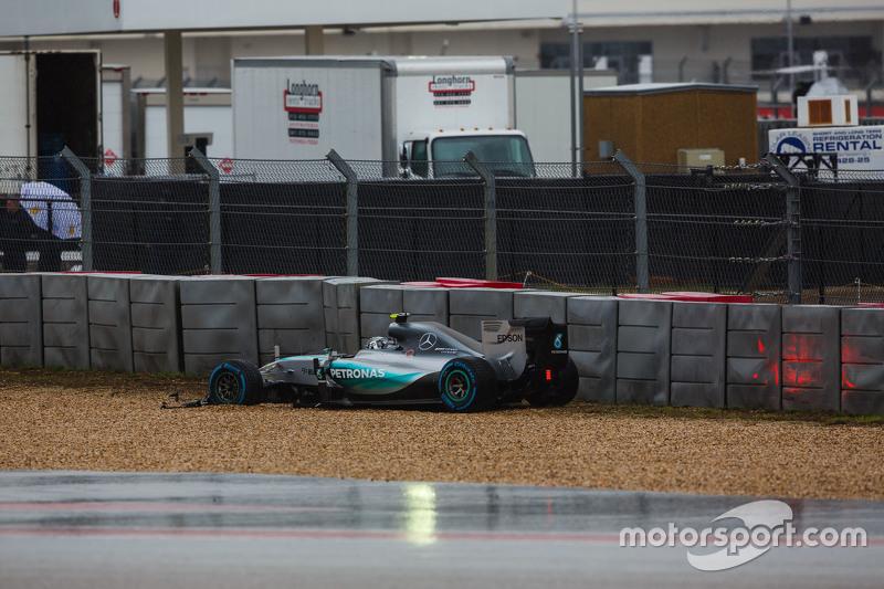 Ніко Росберг, Mercedes AMG F1 W06 розвертає машину та ломає своє переднє крило