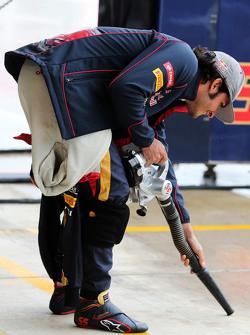 Carlos Sainz Jr., Scuderia Toro Rosso tries to dry the pit lane