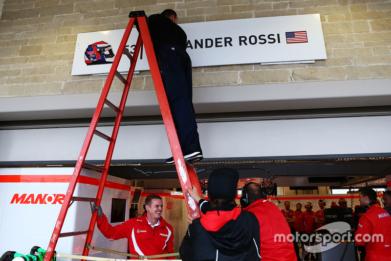 Піт боард для Александер Россі, Manor Marussia F1 Team is erected