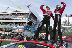 Winnaars James Courtney en Jack Perkins, Holden Racing