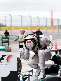 Переможець гонки та World Champion Льюїс Хемілтон,  Mercedes AMG F1 W06 святкує в закритому парку