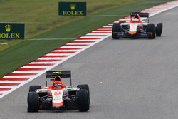 Александер Россі, Manor Marussia F1 Team та товариш по команді Уілл Стівенс, Manor Marussia F1 Team з punctures