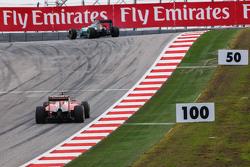 Нико Росберг, Mercedes AMG F1 W06 едет впереди Себастьяна Феттеля, Ferrari SF15-T