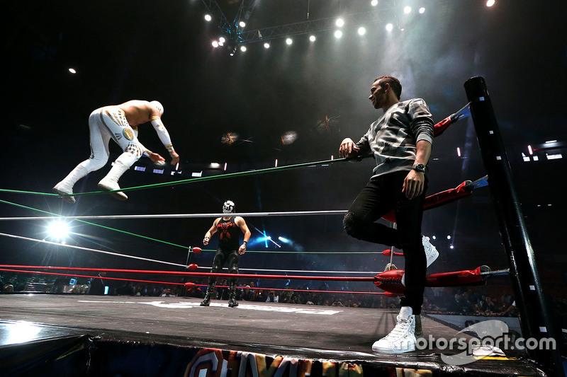 لويس هاميلتون يُشارك في حدث للمصارعة في المكسيك