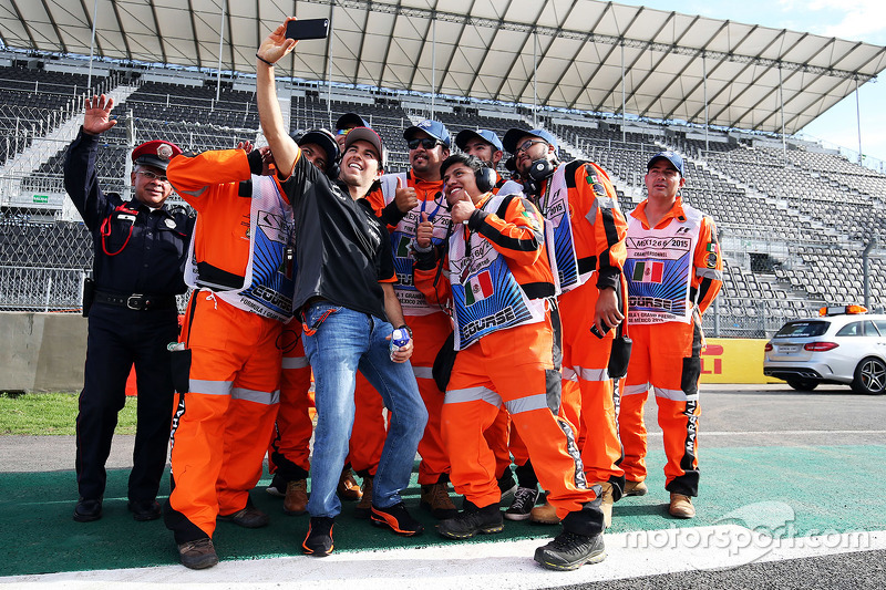 Sergio Perez, Sahara Force India F1 con marshals