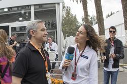 Miguel Ángel Mancera jefe de gobierno de la Ciudad de México en el garaje de Sahara Force India entrevistado