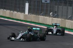Нико Росберг, Mercedes AMG F1 W06 едет впереди Льюиса Хэмилтона, Mercedes AMG F1 W06