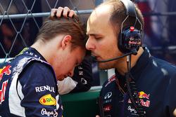 Даниил Квят, Red Bull Racing и Жанпьеро Дамбьязе, гоночный инженер Red Bull Racing на стартовой решетке