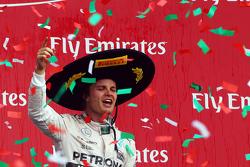 Подиум: победитель гонки - Нико Росберг, Mercedes AMG F1 празднует на подиуме