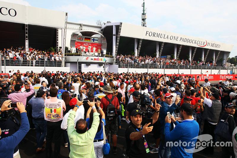 Podio: Segundo lugar Lewis Hamilton Mercedes AMG F1, Andrew Shovlin, Mercedes AMG F1 Ingeniero, ganador de la carrera Nico Rosberg, Mercedes AMG F1, tercer lugar Valtteri bottas Nastola, Williams