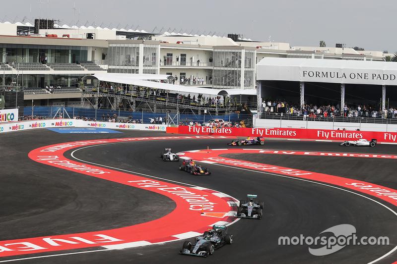 Nico Rosberg, Mercedes AMG F1 W06 lidera detrás del auto de seguridad de la FIA