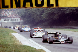 Ronnie Peterson, Lotus F1 Team y Alan Jones, Williams en la vuelta de calentamiento