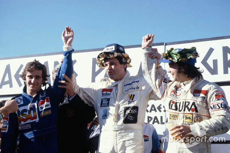 Podium : le vainqueur Alan Jones, Williams, le deuxième Alain Prost, et le troisième Bruno Giacomelli