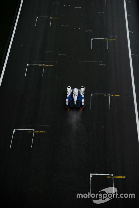السيارة رقم 2 فريق تويوتا ريسينغ تي إس 040 الهجينة: ألكسندر ورز، ستيفان سارازين، مايك كونواي