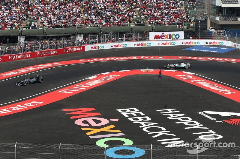 Nico Rosberg, Mercedes AMG F1 W06 con Lewis Hamilton, Mercedes AMG F1 W06