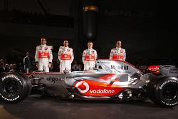 Gary Paffett, Lewis Hamilton, Heikki Kovalainen y Pedro de la Rosa posan con el nuevo McLaren Mercedes MP4-23