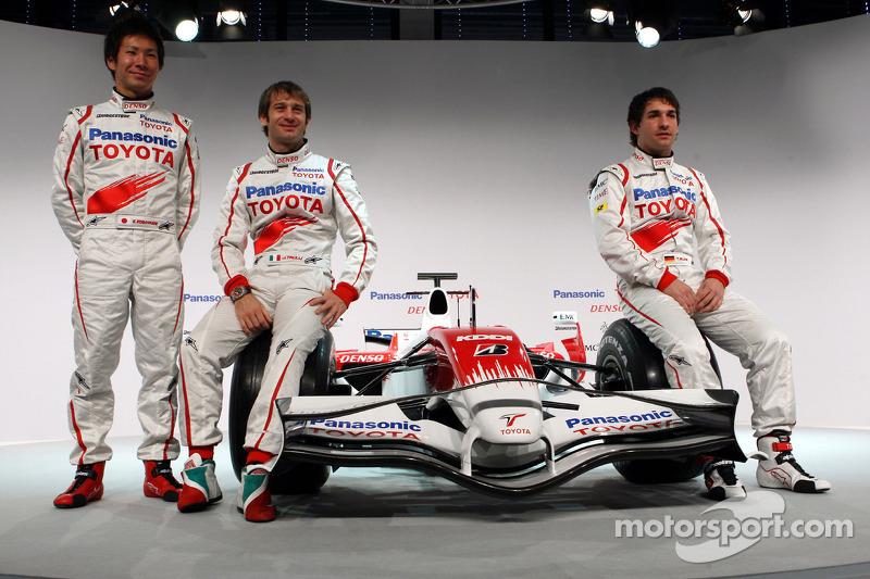 Kamui Kobayashi, Jarno Trulli and Timo Glock pose with the new Toyota TF108