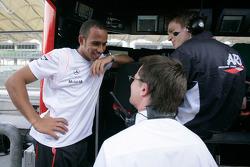 GP2 series de 2006 campeón Lewis Hamilton conversaciones con miembros de su antiguo equipo ART Grand