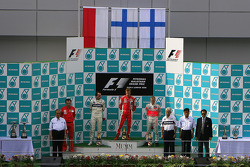 Podio: ganador de la carrera Kimi Raikkonen, segundo lugar de Robert Kubica y Heikki Kovalainen el tercer lugar