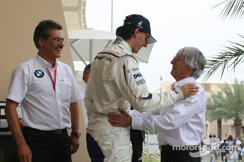 Pole: Kazanan Robert Kubica is congratulated by Bernie Ecclestone