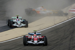 Timo Glock, Toyota F1 Team, TF108, Nelson A. Piquet, Renault F1 Team, R28, spins