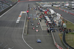 Les voitures prennent la piste pour les tours de formation