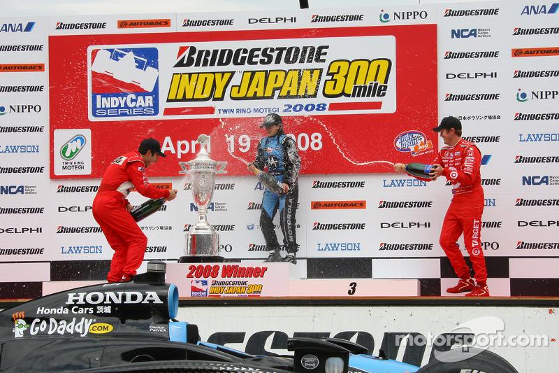 Podio: ganador de la carrera Danica Patrick celebra con Helio Castroneves y Scott Dixon