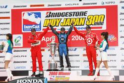 Podio: ganador de la carrera Danica Patrick con Helio Castroneves y Scott Dixon