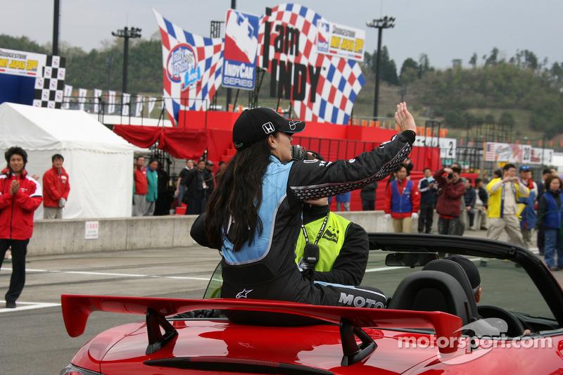 Ganador de la carrera Danica Patrick toma una vuelta de la victoria