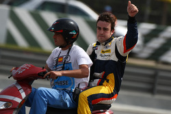 Fernando Alonso, Renault F1 Team goes back to the pits after stopping on track