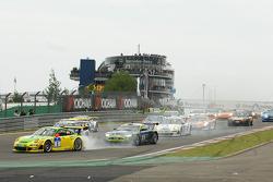 Start: problem for the #1 Manthey Racing Porsche 911 GT3 RSR: Timo Bernhard, Marc Lieb, Romain Dumas, Marcel Tiemann