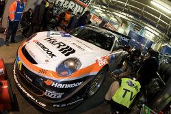 #4 Hankook / H&R Spezialfedern Porsche 911: Jürgen Alzen, Christian Menzel, Markus Gedlich, Christian Abt in the garage