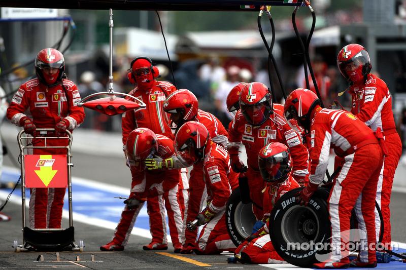 Ferrari wait for a pitstop with Kimi Raikkonen, Scuderia Ferrari