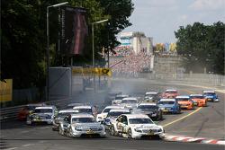 Старт: Джейми Грин, Team HWA AMG Mercedes, AMG Mercedes C-Classe, Бруно Спенглер, Team HWA AMG Mercedes, AMG Mercedes C-Classe